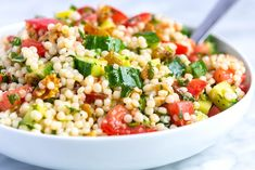 How to make light and healthy couscous salad with a simple lemon vinaigrette, cucumber and herbs. Jump to the Easy Lemon and Herb Couscous Salad Recip Couscous Salad Recipes, Vegetable Salad Recipes, Couscous Salat, Healthy Salad Recipes, Vegetable Couscous, Couscous Healthy, Orzo Recipes, Greek Salad, Chopped Salads