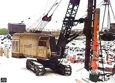 """Экскаватор ЭО-5111Б со сваебойным оборудованием. Фотография сделана в городе Электросталь Московской области в феврале 1992 года на строительстве микрорайона """"Юбилейный""""."""
