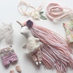 Mini Unicorn Doll Dress up setDiscover recipes, home ideas, style inspiration and other ideas to try. All these tiny outfits have me like 😍😍😍 Felt Crafts, Kids Crafts, Muñeca Diy, Handmade Stuffed Animals, Fabric Animals, Plush Pattern, Fabric Toys, Idee Diy, Cat Doll