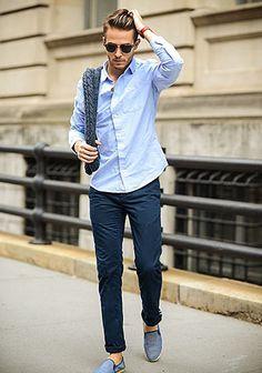 青シャツ×紺パンツ(ブルーワントーン)の着こなし(メンズ)   Italy Web
