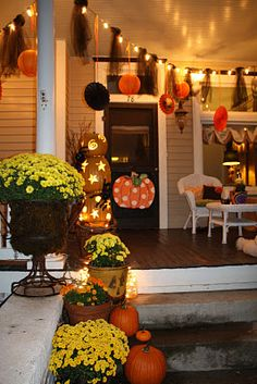 Halloween porch Like those pumpkins!
