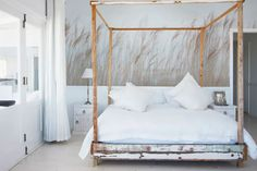 Lay down and hear when a calm breeze from the ocean quietly sways the reed on your walls - Apartament parter Unusual Wallpaper, Home Wallpaper, Bedroom Ceiling, Bedroom Wall, Baby Room Decor, Home Decor Bedroom, Scandinavian Bedroom, Bedroom Vintage, White Bedroom