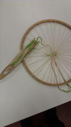 Aloitin ohuella, liukuvärjätyllä villalangalla kutomisen. Aloitus oli haastava, koska loimilankojen välit olivat niin kapeat, että kudelasta oli hankala saada niiden välistä. Kudelanka kierretään lastaan molemmilta puolilta vuorotellen. Isommissa töissä on myös isompi kudelasta ja pienemmissä voi käyttää jopa tylppää neulaa pujottelemiseen.