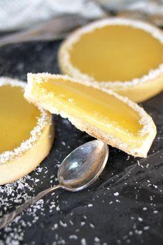 """Tartelettes mangue coco - """"crémeux de la crème à la mangue puis le croustillant du fond à la noix de coco caramélisée et enfin le craquant de la pâte sucrée"""" Desserts With Biscuits, Delicious Desserts, Yummy Food, Cream Biscuits, Dessert Aux Fruits, Sweet Pie, Sweets Recipes, Pastel, Yummy Cakes"""