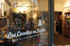 Horaires d'ouverture :  du mardi au vendredi de 11h à 14h et de 15h à 19h  le samedi de 11h30 à 13h et de 14h à 18h  Fermé le lundi       Le Comptoir des Cocottes,  la boutique des Cocottes en Papier  7, rue Fourcroy - 75017 Paris  M° Ternes, Pereire ou Charles de Gaulle-Etoile.