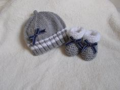 bonnet chaussons bébé en laine layette grise et petits nœuds marine : Mode Bébé par bebelaine