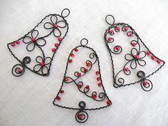 Vánoční zvonečky / Zboží prodejce A drátky | Fler.cz Wire Ornaments, House Ornaments, Beaded Christmas Ornaments, Diy Christmas Gifts, Wreath Crafts, Wire Crafts, Bead Crafts, Jewelry Crafts, Wire Wrapped Jewelry
