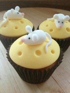 'Cheese' cupcakes with tiny mouse – Kuchen Rezepte T. Essen für Kinder Cheese cupcakes with tiny mouse Cheese … Fondant Toppers, Fondant Cupcakes, Fun Cupcakes, Birthday Cupcakes, Cupcake Cookies, Themed Cupcakes, Ladybug Cupcakes, Valentine Cupcakes, Strawberry Cupcakes