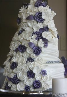 I have a new fascination with wedding cakes. I love all these faux flowers