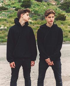 That jawline tho.These guys r true savages Martinez Twins Emilio, Emilio And Ivan Martinez, Martenez Twins, Cute Twins, Twin Boys, Twin Brothers, Martinez Brothers, Famous Twins, Jake Paul