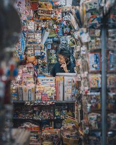 Busy intersections, lantern-littered alleys… these amazing urban scenes of Japan are taken by Tatsuto Shibata, aka Deepsky. Human Photography, Perspective Photography, Street Photography, Photography Ideas, Shanghai, Hong Kong, Urbane Fotografie, Tokyo Streets, Japanese Graphic Design