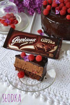 Słodka: Ciasto z musem czekoladowym i malinami