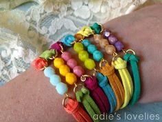 Pulseras de colores pedrería y cuero
