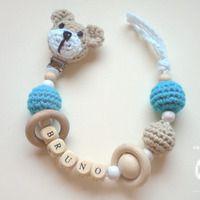 PORTA CHUPETES cabeza osito y nombre Crochet Baby Toys, Crochet Owls, Crochet Gifts, Baby Blanket Crochet, Crochet Flowers, Baby Knitting, Crochet Patterns, Baby Co, Dummy Clips