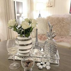 The Best 2019 Interior Design Trends - Interior Design Ideas Table Decor Living Room, Room Decor Bedroom, Interior Design Living Room, Living Room Designs, Glamour Decor, Decorating Coffee Tables, Tray Decor, Deco Table, Home Decor Accessories