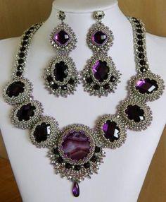 like the bezel treatment Beaded Jewelry Designs, Diy Jewelry, Handmade Jewelry, Jewelry Making, Jewellery, Maxi Collar, Beaded Collar, Bead Embroidery Jewelry, Beaded Embroidery