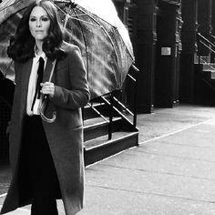 """EXPOSIÇÃO:Uma exposição que mostra o prmeiro ensaio de Kate Moss, fotografado por David Ross, foi recentemente realizada na Lawrence Alkin Gallery de Londres. Intitulada """"Kate Moss: Roll 1 """", as imagens em preto e branco mostram Moss com 14 anos. Realmente inédita! Uma exposição paracelebraroperfume Miss,ícone criado por Christian Dior em 1947, ocupa o Grand…"""