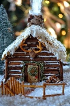 One of the best Christmas family traditions is making gingerbread houses! It's messy, it's fun, and everyone's had their share of candy and gingerbread by the end. Here are some crazy-inspiring gingerbread houses to give you ideas for this Christmas! Gingerbread House Parties, Christmas Gingerbread House, Noel Christmas, Christmas Goodies, Christmas Treats, Christmas Baking, Holiday Treats, Christmas Decorations, Xmas