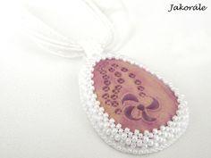 Jednoduchý, ale velmi efektní a romatický náhrdelník s romantickým kerašonkem z dílny Vevinka keramik. Základem přívěsku je kerašon, který je nalepený na filc a obšitý kvalitními japonskými korálky TOHO v bílé barvě. Celek je zavěšen na bílé šňůrce se stužkou.  Délka náhrdelníku je 45 cm + 5 cm prodlužovací řetízek. Přívěsek je 5 cm vysoký a 3 cm široký. Children, Young Children, Boys, Kids, Child, Kids Part, Kid, Babies