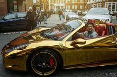 che c'è anche una ferrari ORO?  Cromo Oro Ferrari 458 Spider , proprietario il campione di boxe mondiale (di Irak) Riyadh Al Azzawi.