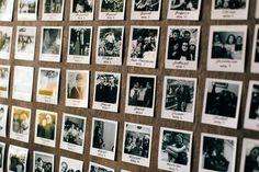 Seating plan con fotos polaroid y farolillos dorados. Boda de invierno organizada por Detallerie Wedding Planners en la Torre dels Lleons.   Seating chart with gold lanterns and polaroid photos. Winter wedding by Detallerie Wedding Planners.