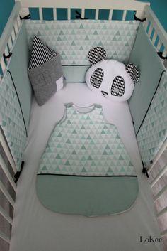 Du mint, du graphisme et de la douceur et ce bel ensemble tour de lit, gigoteuse et range pyjama/doudou. Un choix de couleur doux avec le blanc et le mint et un