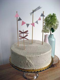Una simple y bella decoración para una rica torta...