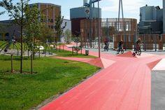 By og land mødes i slaraffenland af udendørsaktiviteter i historiske omgivelser De mange mennesker går og cykler, løber og leger på den røde stiforbindelse i Assens. Stien skærer sig gennem landskabet, som en puls, der tegner sig som en rød graf på skærmen. Pulsen Bypark er et kæmpe aktivitetsareal, der forbinder det grønne naturområde i …