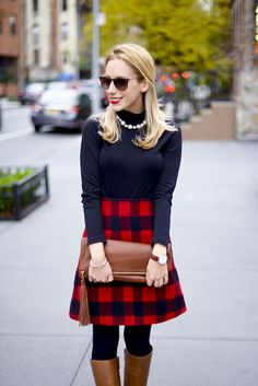 Apologies in advance for all the preppy plaid holiday outfits I'm going to wear over the next few weeks! I am OBSESSED with this black and red plaid skirt – the fabric is very thick and warm and the l Estilo Preppy Chic, Preppy Mode, Winter Skirt Outfit, Fall Winter Outfits, Autumn Winter Fashion, Preppy Winter, Casual Winter, Plaid Outfits, Casual Work Outfits