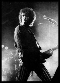 """""""Mi papá me trajo mi primera guitarra importada, una Gibson. Lo fui a recibir al aeropuerto y fue inolvidable. Imagináte: ese estuche de fibra de vidrio, una cosa preciosa. No sé cómo se la dejaron pasar. Les debe haber dicho: «Miren, ése que está ahí pegado al vidrio esperándola es mi hijo...»."""" [Gustavo Cerati - 1999]"""