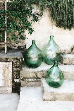 Green glass bottles for the garden – rustic home exterior Green Glass Bottles, Red Glass, Wine Bottles, Glass Jars, Round Glass Vase, Deco Design, Backyard Landscaping, Garden Inspiration, Outdoor Spaces