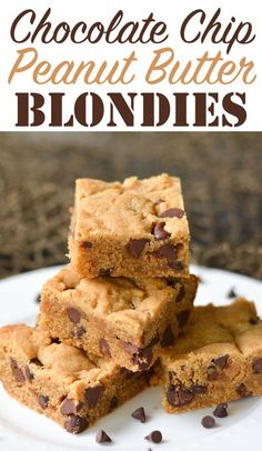 These moist peanut butter blondies are studded with lots of rich chocolate chips. Perfect for dessert or to pair with a cup of coffee! I'm a bit of a peanut butte… Peanut Butter Desserts, Peanut Butter Recipes, Köstliche Desserts, Delicious Desserts, Peanut Butter Blondie Recipe, Peanut Butter Oatmeal Bars, Butter Chocolate Chip Cookies, Peanut Butter Chips, Recipes With Chocolate Chips