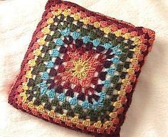 Peça tecida em crochê com barbante tingido.   Enchimento 100% algodão. R$90,00