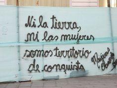 """""""Ni la tierra ni las mujeres somos territorio de conquista"""" Graffiti en Bolivia #Girlpower ✊ #Feminismo #NiUnaMenos"""