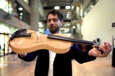 Seta, resina e tela di ragno sono i materiali impiegati dal designer italiano Luca Alessandrini per creare il violino del futuro.