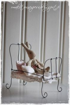 Making tiny things out of wire looks quite simple .to put into fairy garden Miniature Furniture, Doll Furniture, Dollhouse Furniture, Wire Crafts, Diy And Crafts, Maileg Bunny, Art Fil, Doll Beds, Little Girl Rooms
