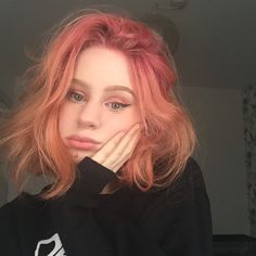 The ombre hair trend has been seducing for some seasons now. More discreet than tie and dye, less classic than sweeping, this new technique of hair. Pastel Hair, Ombre Hair, Pink Hair, Pink And Orange Hair, Cheveux Oranges, Aesthetic Hair, Coloured Hair, Dye My Hair, Cool Hair Color