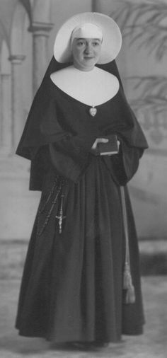 Nun Outfit, Daughters Of Charity, Nuns Habits, Religion, Sisters Of Mercy, Bride Of Christ, Vintage Photographs, Rare Photos, Holy Cross