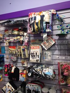 Went to Claire's and finally the merchandise matured a little One Direction Gifts, One Direction Fan Art, Direction Quotes, One Direction Pictures, Music X, Irish Boys, Limo, Headers, Cool Bands
