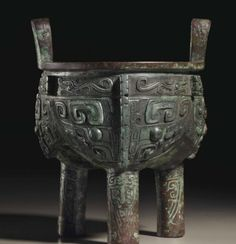 A SUPERBLY CAST BRONZE RITUAL FOOD VESSEL, LI DING LATE SHANG DYNASTY, 11TH CENTURY BC