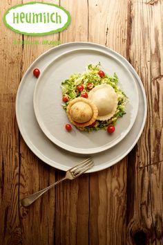 Heumilch-Käsekrapferl mit Wirsinggemüse. Das Rezept mit Käsefüllung ist ideal für den Herbst. Alternativ können die Käsekrapferl auch in Butter gebraten werden und mit einem bunten Salat gereicht werden. Brunch, Eggs, Vegetables, Breakfast, Food, Cheese Recipes, Cooking Recipes, Eat Lunch, Dinners