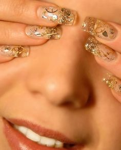 nice clear with gold doodads, now maybe that's doable por moi. Classy Nail Art, Cool Nail Art, Garra, Cute Nails, Pretty Nails, Steampunk Nails, Steampunk Hairstyles, Finger, Golden Nails