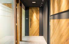 東京のオフィスデザイン・レイアウトならWORK KIT Office Entrance, Office Images, Clinic Design, California Style, Grey Wood, Commercial Interiors, Corporate Design, Office Fashion, Office Interiors