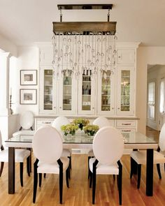 Elegant Dining Room Decor Ideas – What do you put in the middle of a Elegant Dining table? Dining Room Decor Elegant, Dining Room Design, Dining Room Table, Dining Rooms, Diningroom Decor, Dining Chairs, Dining Area, Home Modern, Modern Living