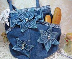 denim bag with flowers Jean Crafts, Denim Crafts, Jean Purses, Purses And Bags, Sewing Crafts, Sewing Projects, Denim Purse, Recycle Jeans, Purse Patterns