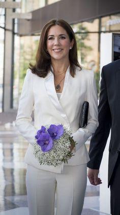 De mange elegante blazere og korte jakker kronprinsesse Mary ofte er iført vidner om en stilsikker kronprinsesse. Vi har samlet en masse skønne billeder af Mary i korte jakker.