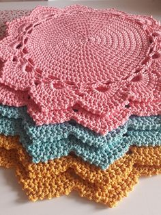 pretty and super stretchy crochet ribbing. Easy and free videotutorial. Crochet Placemat Patterns, Crochet Doily Rug, Crochet Coaster Pattern, Crochet Mandala Pattern, Crochet Flower Patterns, Crochet Stitches Patterns, Crochet Art, Crochet Round, Crochet Home