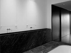 banheiro com uso de preto e branco