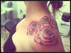 Rose Flowers Tattoo On Left Shoulder For Girls - Rose Tattoo Designs Creative Tattoos, Great Tattoos, Beautiful Tattoos, New Tattoos, Tatoos, Quote Tattoos, Music Tattoos, Girly Tattoos, Life Tattoos