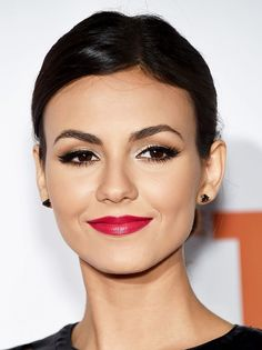 he bold eyes. Those red lips. That glowing complexion. Who knew so much perfection could even exist in one look? We especially love how Victoria Justice impeccably paired her intense look with understated hair. Red Lips Makeup Look, Makeup For Brown Eyes, Makeup Looks, Eye Makeup, Hair Makeup, Bridal Makeup Red Lips, Makeup Geek, Bold Lipstick, Makeup Eyes